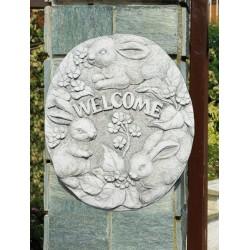Bassorilievo Welcome - arredo da giardino in pietra ricomposta al 100% Made in Italy